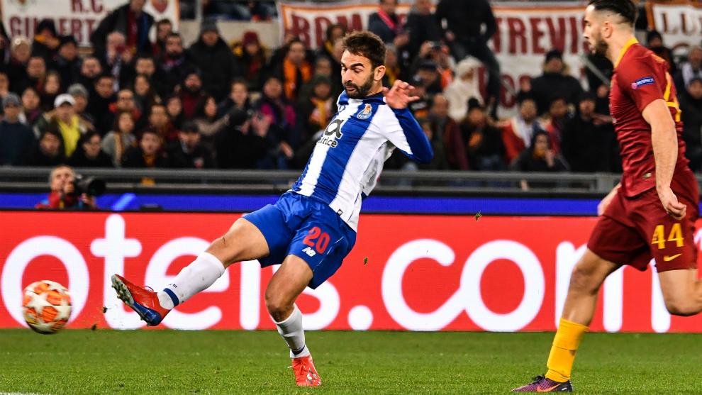 Adrián López durante un partido con el Oporto en Champions.