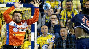 El portero serbio del Kielce, Cupara, en una acción en el partido de...