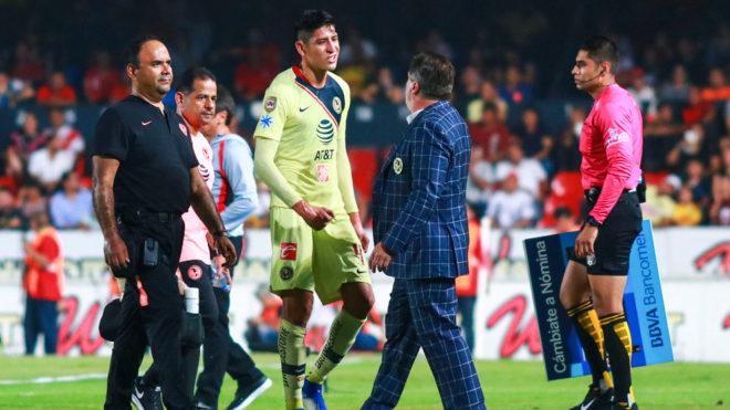 Álvarez salió por su propio pie.