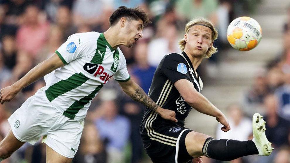 Ludovit Reis against Ajax in the Eredivisie.