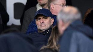 Mourinho, en la grada durante un partido /