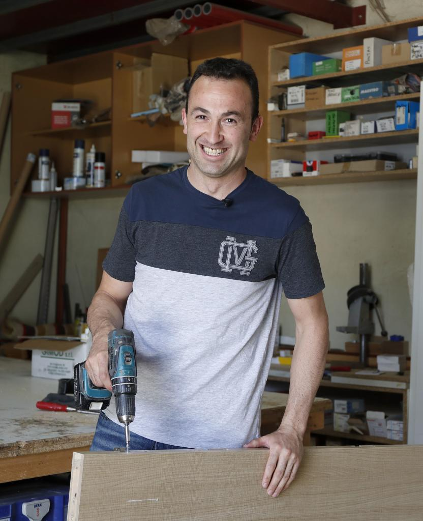 El capitán Carlos Villagrán, en su taller de carpintería.