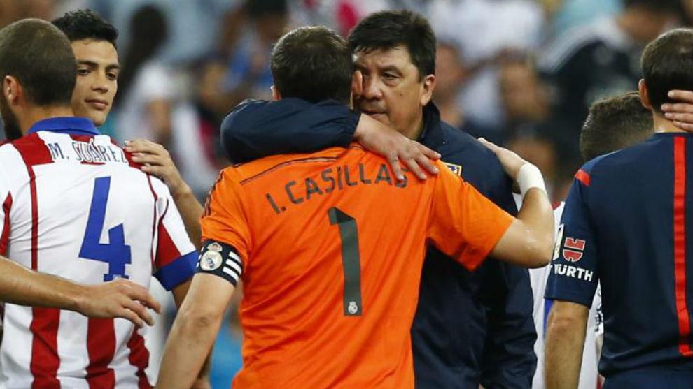 El Mono Burgos abraza a Casillas tras un partido.