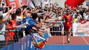 Javier Gómez Noya, saludando al público de Pontevedra que se ha...