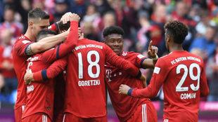 Los jugadores del Bayern celebran el gol de Goretzka.