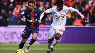 Neymar pugna con el balón con un rival del Niza
