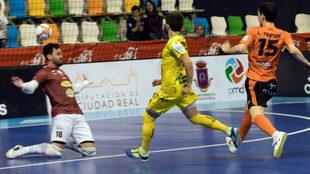 Dani Martín supera a Cuxart en la jugada del 0-3.