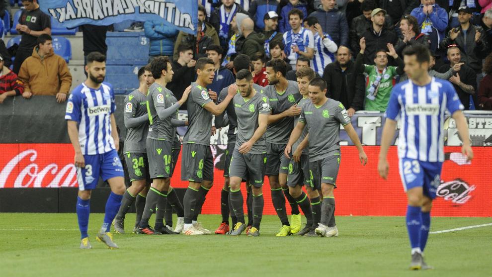 Los jugadores de la Real celebran el único gol del partido.
