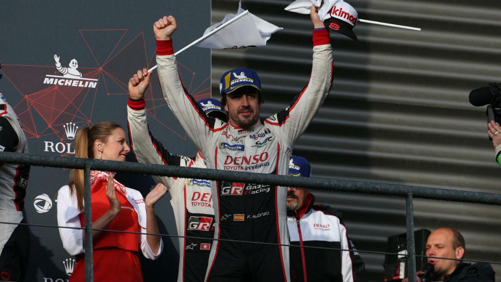 Alonso celebrando la victoria en Spa.