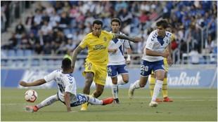 Dos Santos intenta que Araujo no controle el balón