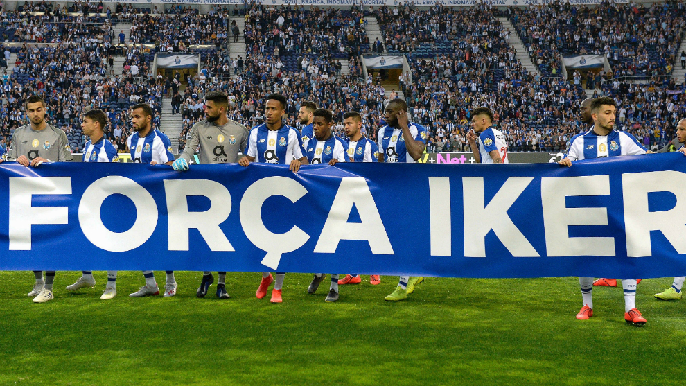 Los jugadores del Oporto portando una pancarta de apoyo a Casillas