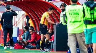 El árbitro revisa la jugada del gol de Cavallini.