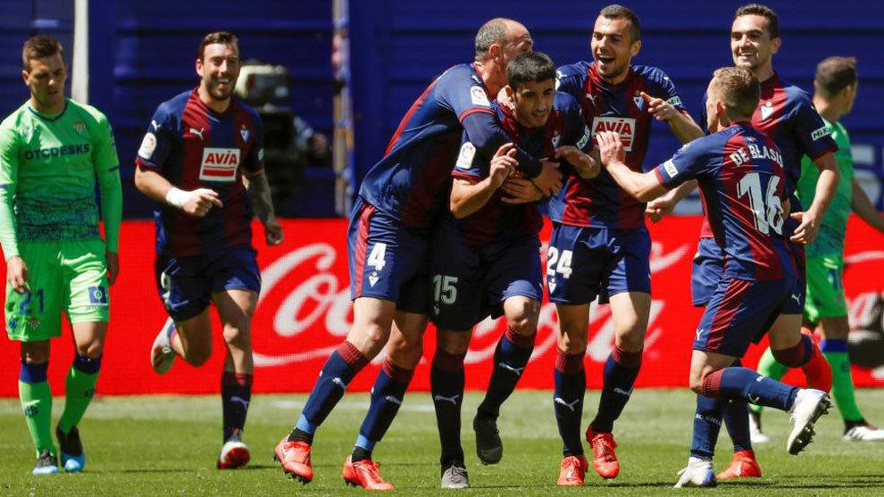 Los jugadores del Eibar celebran el tanto del Cote.