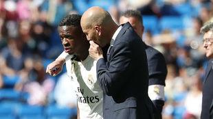 Zidane habla con Vinícius antes de salir al campo el brasileño