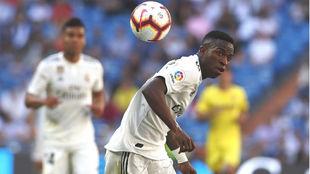 Vinicius controla una balón con la espalda