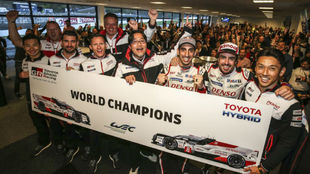 La plana mayor de Toyota, junto a los seis pilotos, celebrando el...
