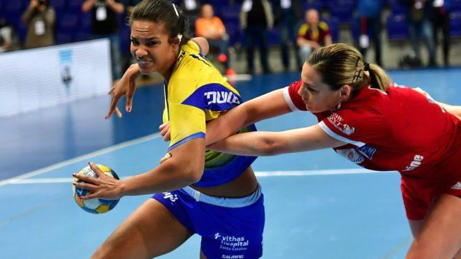 Sayna Mbengue intenta superar el marcaje de una rival /