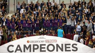Los jugadores del Barça Lassa levantan el trofeo de campeones de la...