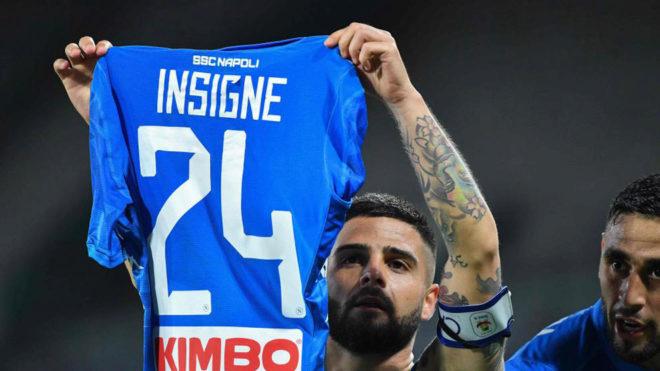 Insigne celebra su gol al Cagliari mostrando su camiseta.