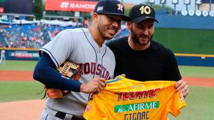 El framcés, al lado de Carlos Correa.