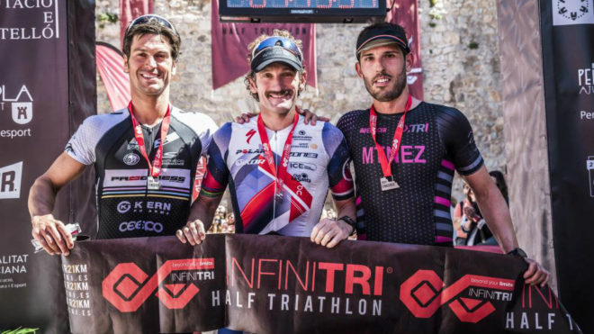 Los vencedores masculinos del VII Infinitri Half Triathlon...
