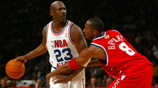 Kobe Bryant defiende a Michael Jordan en un All Star
