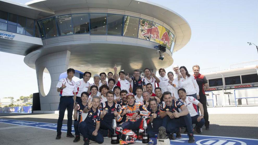 Los jefes de Honda, con Márquez y su equipo en Jerez.