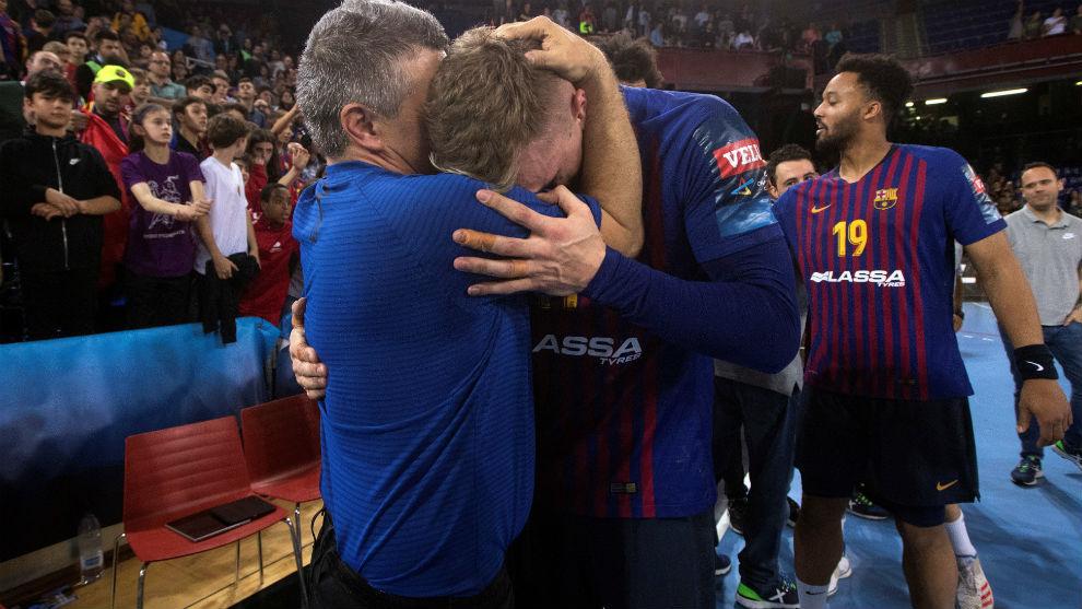 Xavier Pascual celebra la calificación del Barcelona con su jugador...