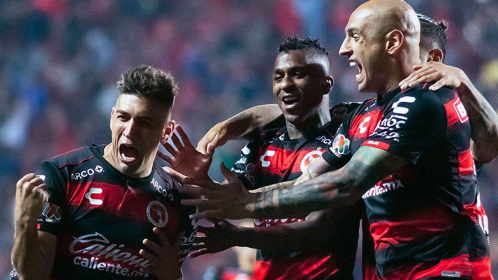 Jugadores de Xolos festejan un gol ante el Puebla.