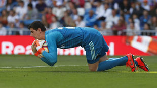 Courtois detiene el balón durante el partido ante el Villarreal.