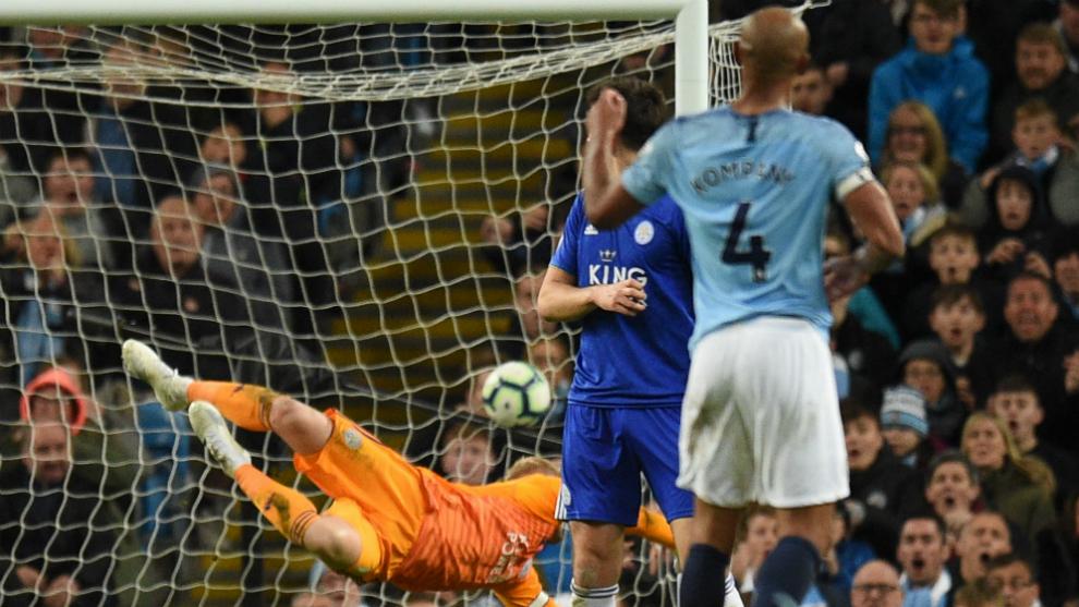 Kompany ve como su disparo se cuela en la meta del Leicester