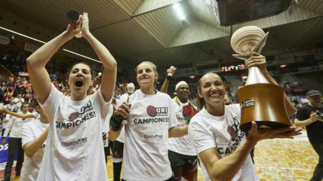 Laia Palau levanta el trofeo de la Liga DIA con sus compañeras