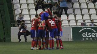 Los jugadores zaragocistas celebran uno de sus tres goles en Córdoba.