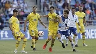 Luis Milla presiona a Ruiz de Galarreta durante el derbi del sábado...