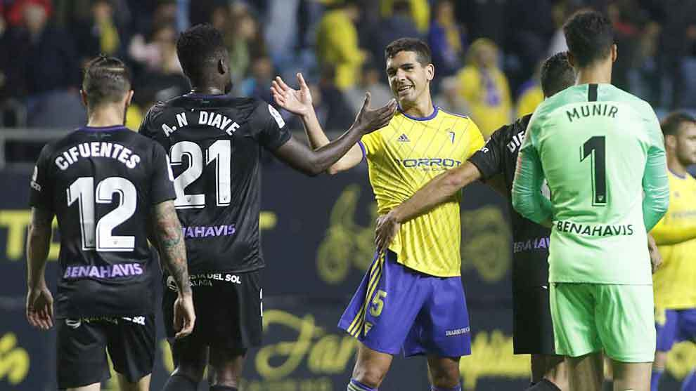 Garrido y el goleador N'Diaye se saludan tras acabar el Cádiz -...