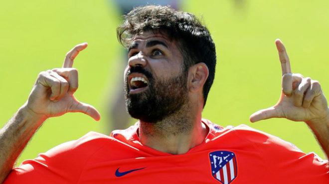 Diego Costa bromea durante un entrenamiento.
