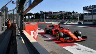 Vettel, con el Ferrari en Bakú.