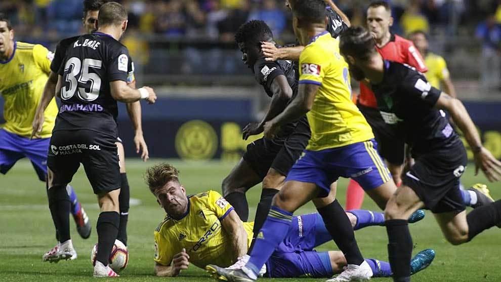 Mario Barco, rodeado de rivales y compañeros en el derbi ante el...