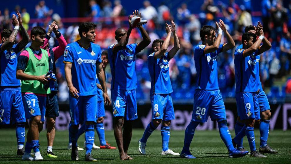 Los jugadores del Getafe celebran con la grada del Coliseum el triunfo...