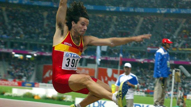 Yago Lamela durante un salto