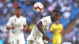 Vinícius trata de controlar un balón de espaldas ante el Villarreal.