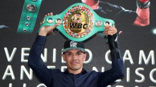Juan Francisco Estrada levanta su cinturón.