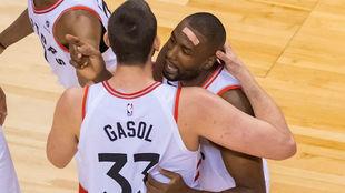 Marc Gasol y Serge Ibaka celebran una buena acción para los Raptors
