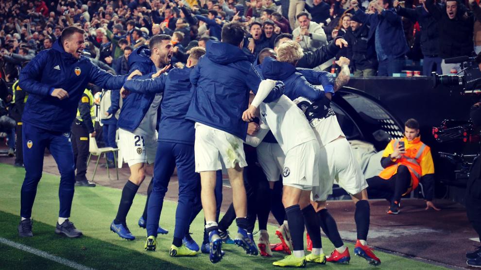 Reportera desaparece de la transmisión de un balonazo en la Europa League