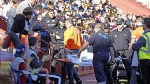 Javier Acuña abandonó el Carlos Belmonte en camilla en el partido...