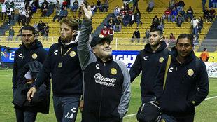 Maradona saluda al público /