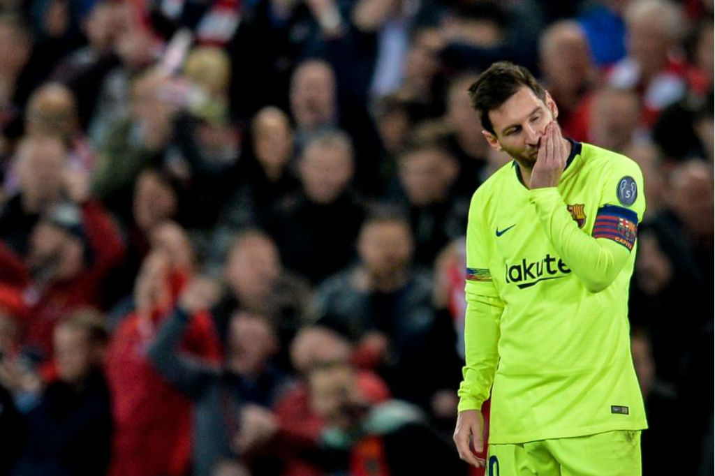 Messi se lamenta durante el partido de Anfield