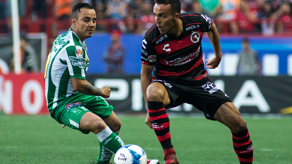 Luis Montes y Omar Mendoza durante el partido de la jornada 3 del...