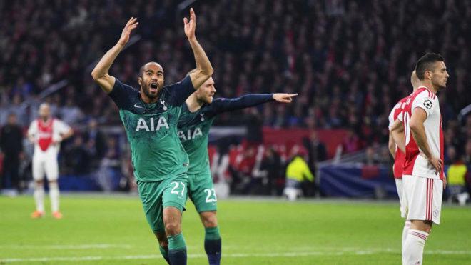 Moura celebra el gol de la clasificación.