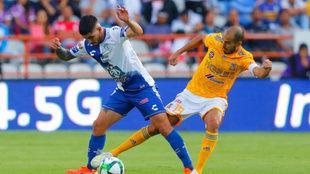 Víctor Guzmán protege el balón de Pizarro.